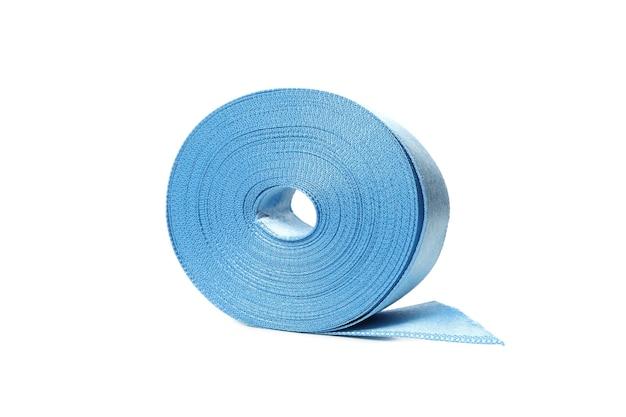 Fita de seda azul isolada no branco
