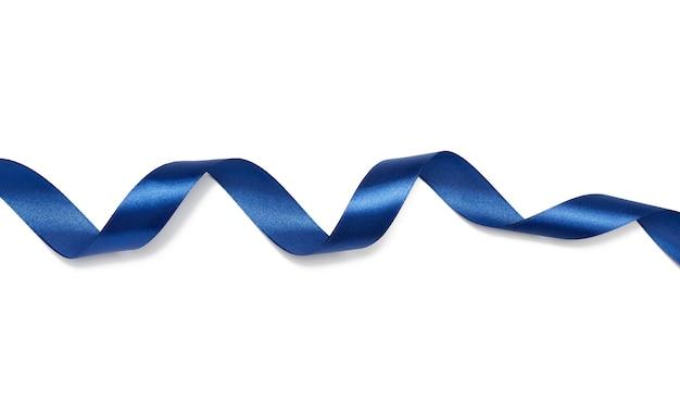 Fita de seda azul torcida isolada no branco