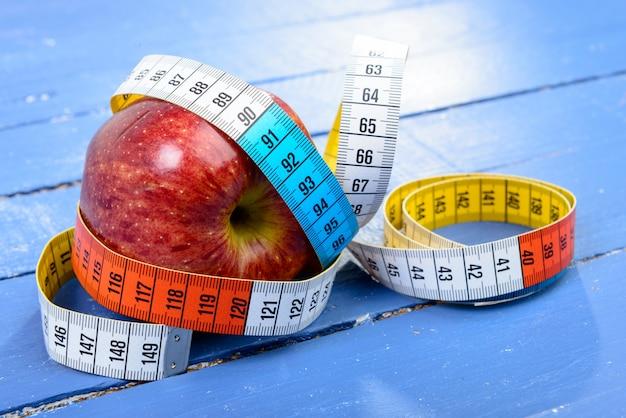 Fita de um metro em torno da maçã
