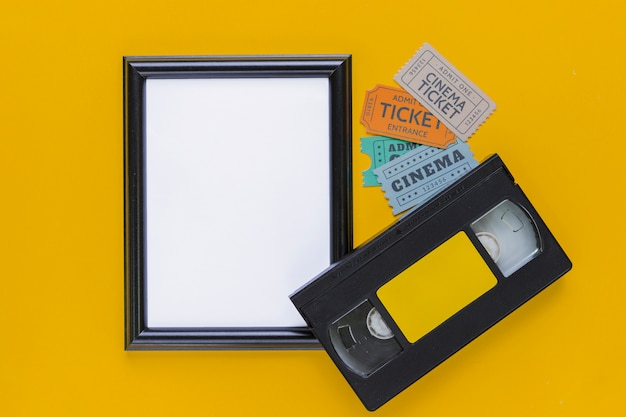 Fita de vídeo com bilhetes de cinema e um quadro