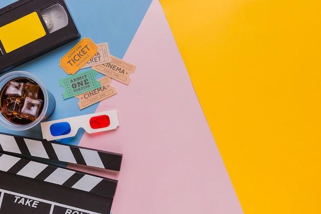 Fita de vídeo com claquete e bilhetes de cinema