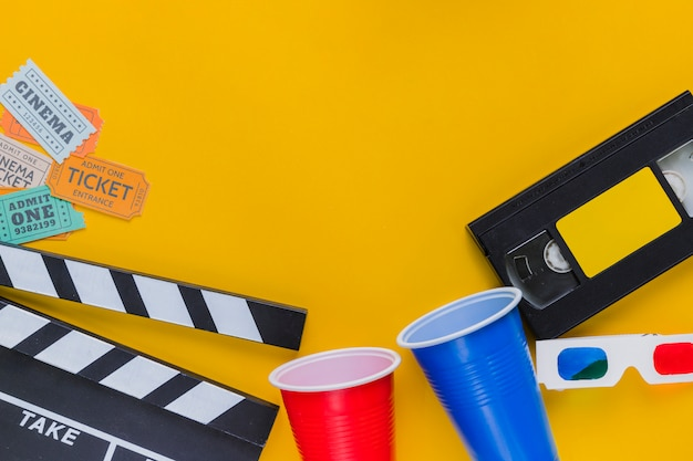 Fita de vídeo com claquete e óculos 3d