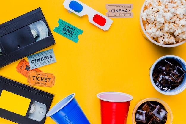 Fita de vídeo com óculos 3d e bilhetes de cinema