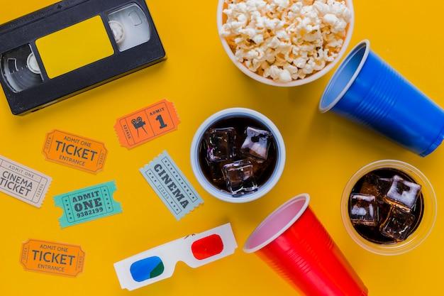 Fita de vídeo com pipocas e óculos 3d