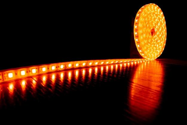 Fita decorativa de diodo para iluminar um rolo de tira de led com luz amarela quente no laminado de piso