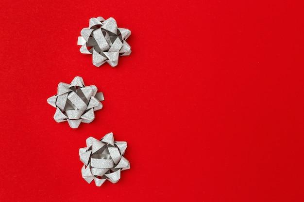 Fita decorativa de prata e flores da fita no vermelho
