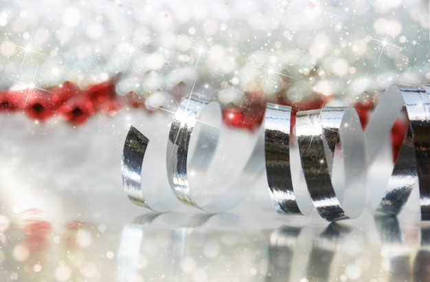 Fita do natal em um fundo de luzes do bokeh