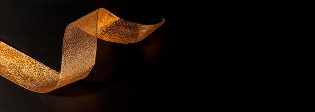 Fita dourada cintilante brilhante com espaço de cópia