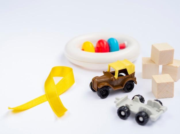 Fita dourada de alto ângulo com arranjo de brinquedos