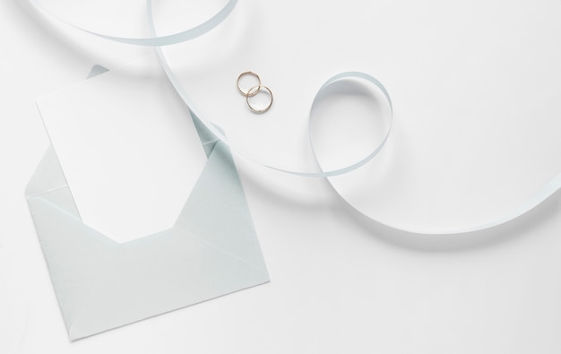 Fita e anéis de noivado