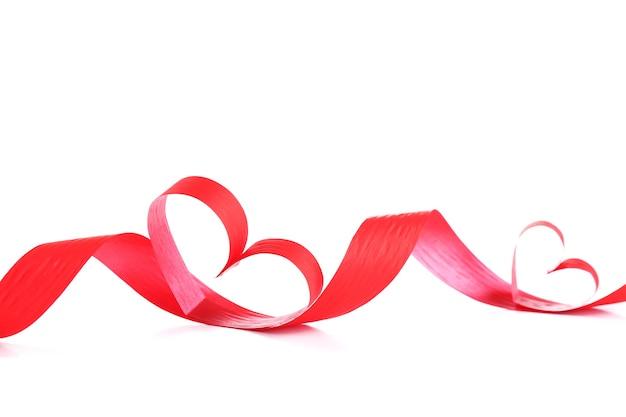 Fita em forma de coração isolado no fundo branco