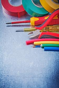 Fita isolante cabos elétricos alicate isolado chave de fenda, conceito de construção