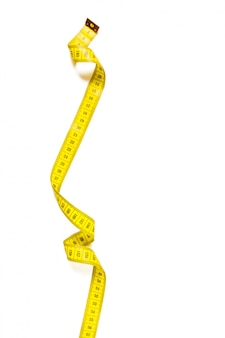 Fita métrica amarela isolada no fundo branco panorama