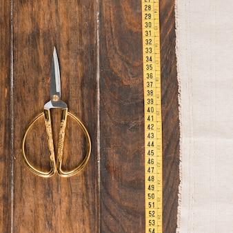 Fita métrica de costura com uma tesoura