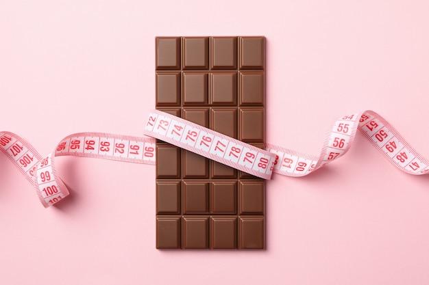 Fita métrica e barra de chocolate