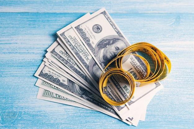 Fita métrica e dinheiro na mesa