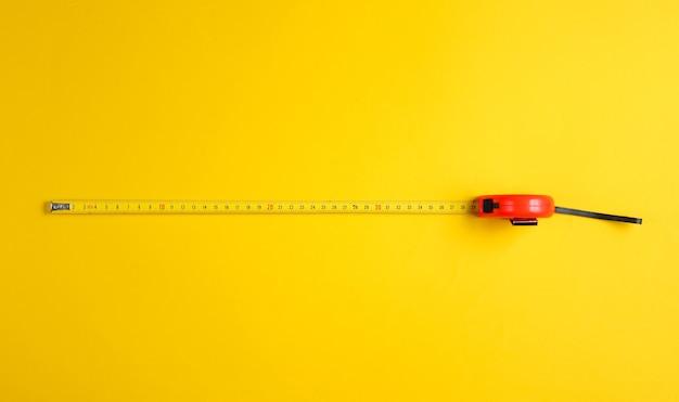 Fita métrica em amarelo. vista do topo.