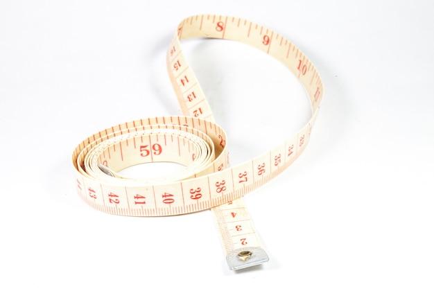Fita métrica em fundo branco