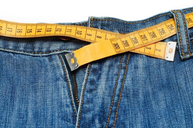 Fita métrica em volta das calças