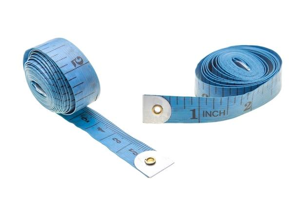 Fita métrica espiral azul isolada no fundo branco
