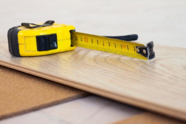 Fita métrica na prancha de piso laminado