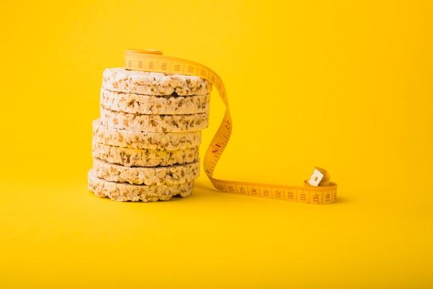 Fita métrica perto de pão torrado