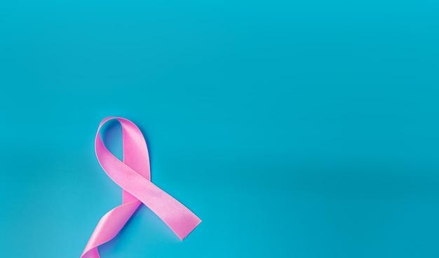 Fita rosa em azul. conceito do dia mundial do câncer.