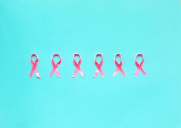 Fita rosa em um fundo azul para o conceito de câncer