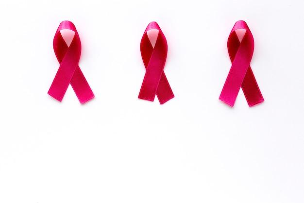 Fita rosa em um fundo colorido. câncer