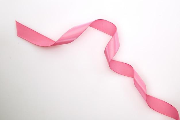 Fita rosa enrolada em branco