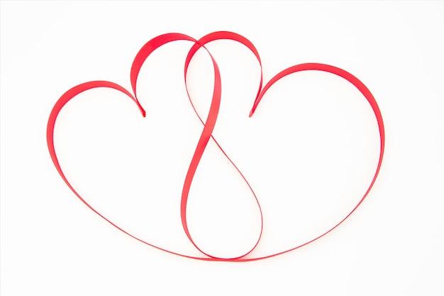 Fita rosa formada em corações entrelaçados