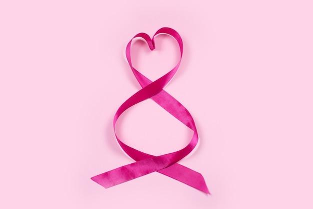 Fita rosa para celebrar presentes em forma de número 8