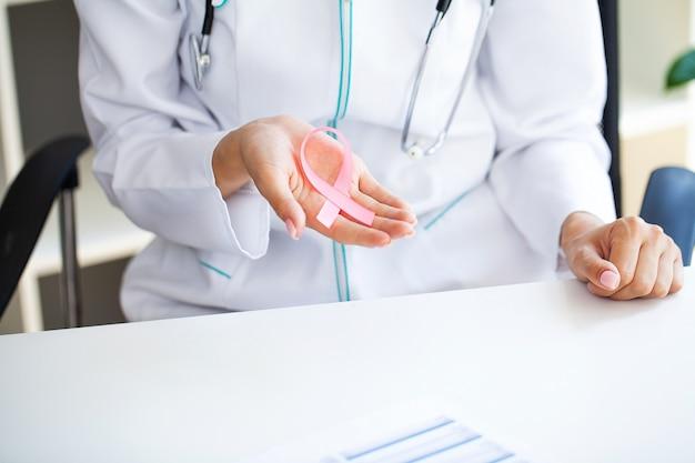 Fita rosa para conscientização do câncer de mama no médico.