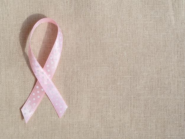 Fita rosa vista superior na textura do saco