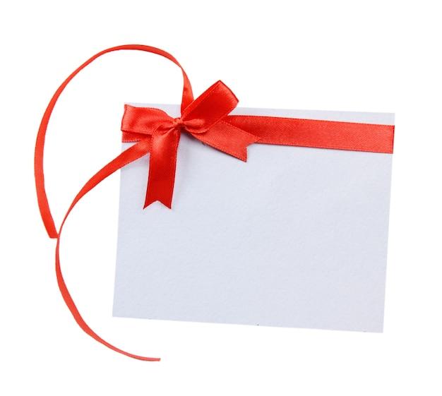 Fita vermelha brilhante com cartão isolado no branco