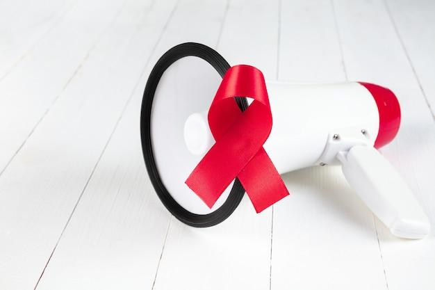 Fita vermelha de sinal de conscientização em aids com megafone