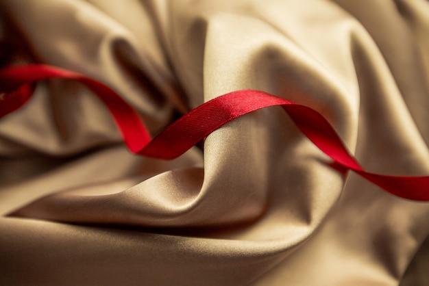 Fita vermelha e tecido dourado