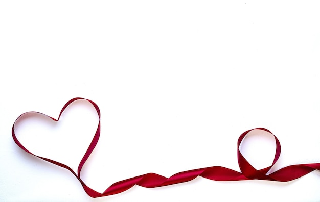 Fita vermelha em forma de coração no dia dos namorados.