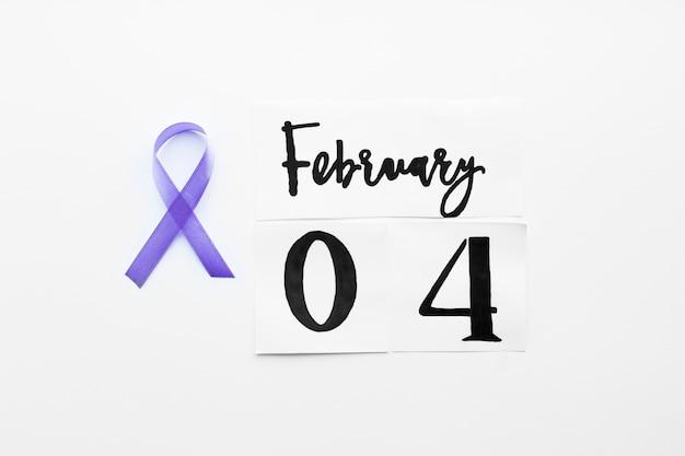 Fita violeta e escrita em 4 de fevereiro