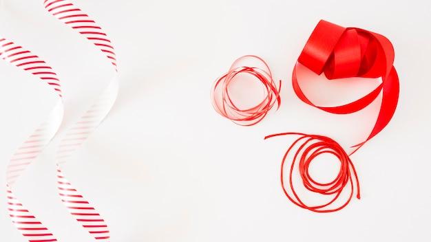 Fitas brilhantes vermelhas isoladas no fundo branco
