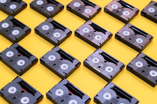 Fitas cassetes mini dv vintage usadas para filmagens em um dia.