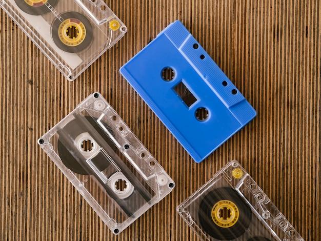 Fitas cassett transparentes com uma vista superior azul
