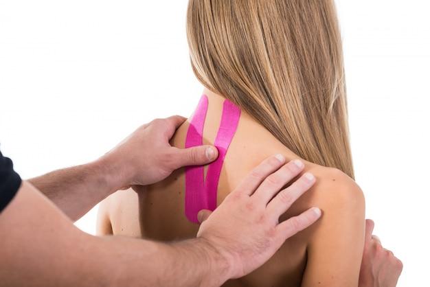 Fitas de kinesio no pescoço de uma mulher