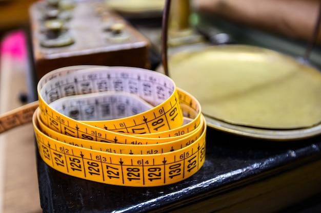 Fitas de medição em uma oficina de costura. roma, itália