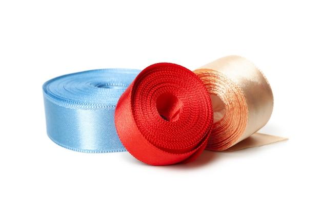 Fitas de seda coloridas isoladas em branco