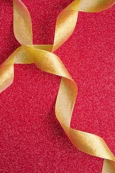 Fitas douradas sobre fundo vermelho
