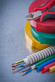 Fitas isolantes alicates cabos de proteção de fio elétrico, conceito de construção