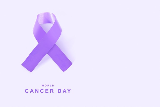 Fitas roxas em um fundo colorido. conceito do dia mundial do câncer