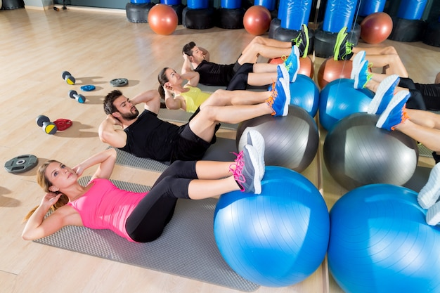 Fitball crunch treinamento grupo core fitness no ginásio