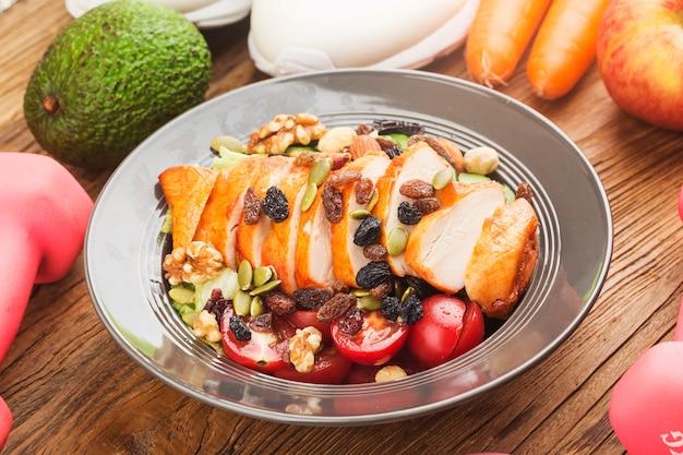 Fitness e estilo de vida saudável ativo concept.um prato de salada de peito de frango